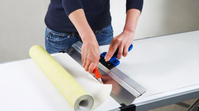Lem kayu dan lem hpl Crona - Gambar 3 Mengukur dan memotong wallpaper sesuai ukuran dinding